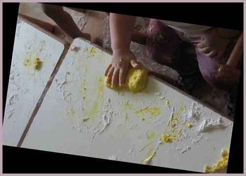 manipolazione farina colorata
